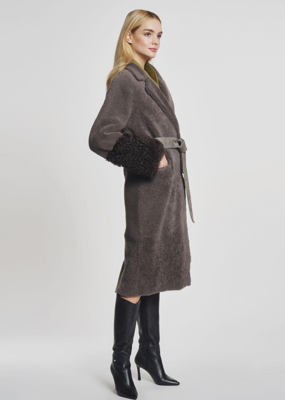 Długi kożuch damski z ozdobnym paskiem KOZDS-0046-5541(Z21)