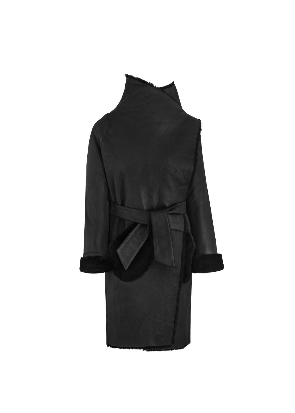 Czarny kożuch damski o kroju płaszcza KOZDS-0038-5405(Z20)