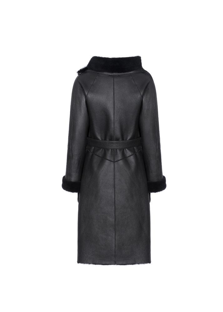Czarny kożuch damski o kroju płaszcza KOZDS-0038-5543(Z20)